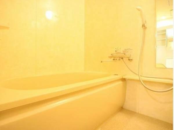 一日の疲れを癒してくれる浴室。 高級感あるカラーと大きさ・柔らかな曲線で構成された半身浴も楽しめるバスタブが心地よさをもたらしてくれる落ち着いた空間。