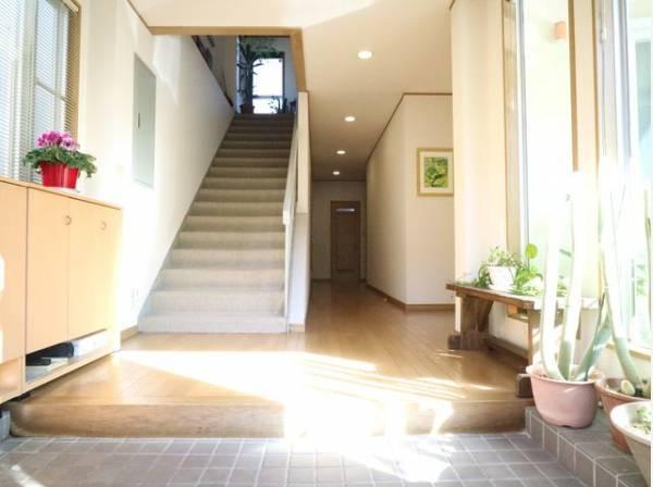 明るく開放的な空間を木目が美しい建具が見事に演出。住まいの顔となる玄関は、落ち着きと華やぎの満ちた空間に。