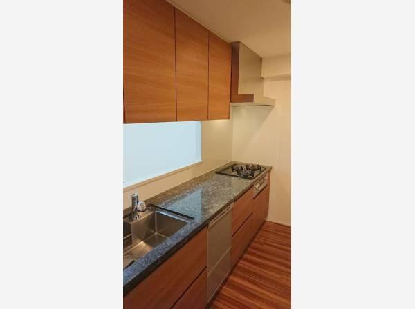 キッチン上部に収納スペースが設けられています。キッチン用品や食器・食材なども収納できます。