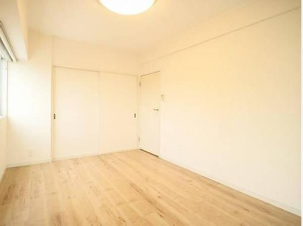約8.4帖の居室。 清潔感あるホワイト調のクロスと温もり溢れるモダンカラーの床材が見事に調和した本邸宅は、毎日の生活を少しでも快適に過ごして頂ける様に落ち着いた雰囲気作りから行っています。