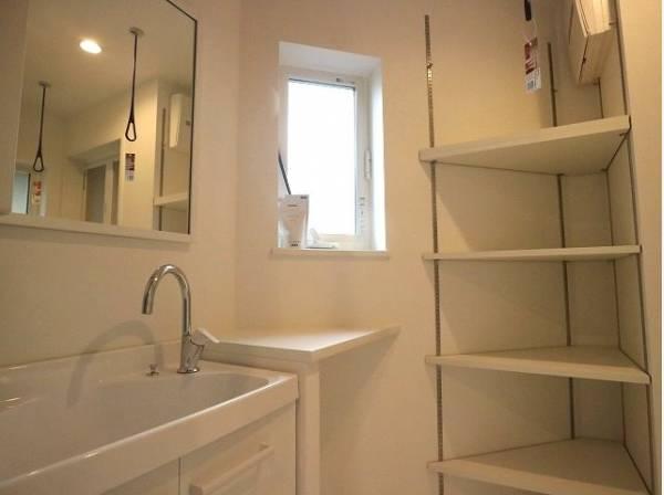 洗面所の棚はタオルや肌着類などの収納に便利です。
