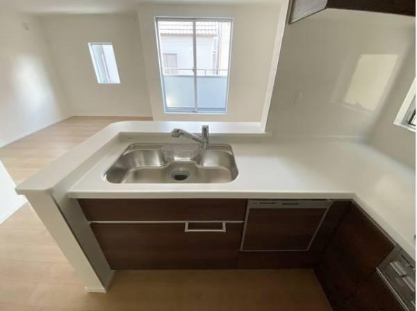 大きな調理器具や食器類もゆったり洗える大型シンク。機能的なスペースを実現した対面式キッチン。