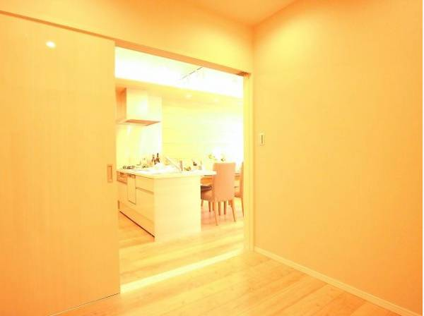 隣接するリビングとの色味を合わせながら、落ち着きのあるシンプルなお部屋をご用意。収納スペースも充分にあります。